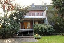 Exklusives und wertiges Einfamilienhaus mit Terrasse, Garten und riesiger Garage in ruhiger Lage